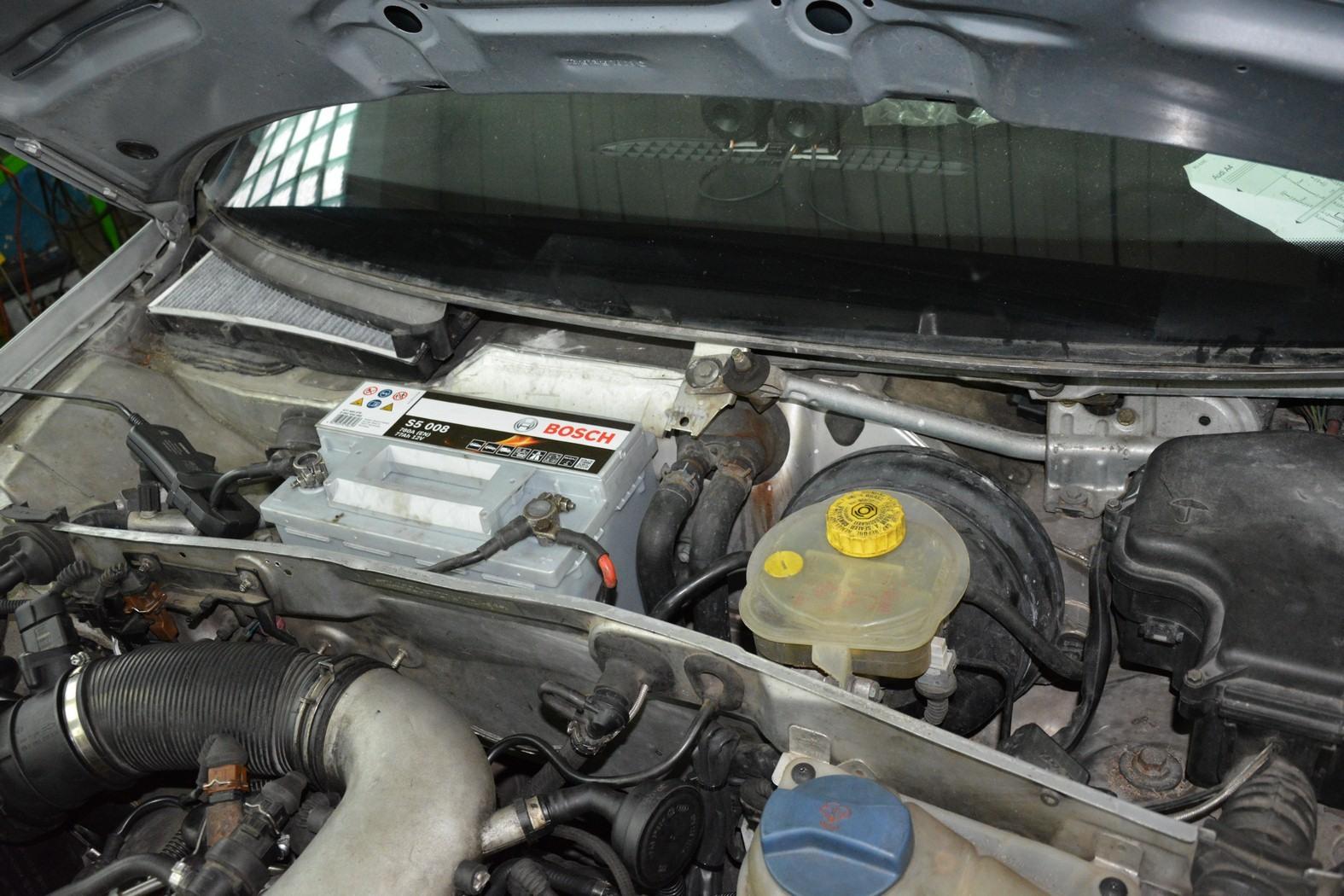 Akumulator pod pokrywą silnika