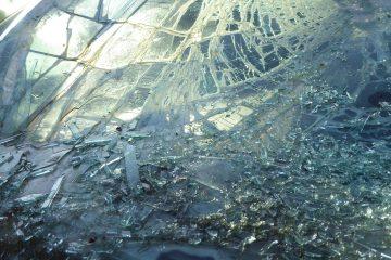 Zbita przednia szyba samochodowa